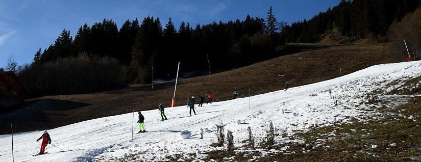 Une piste de ski peu enneigée