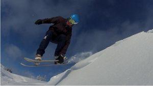 Un snow skater en pleine action